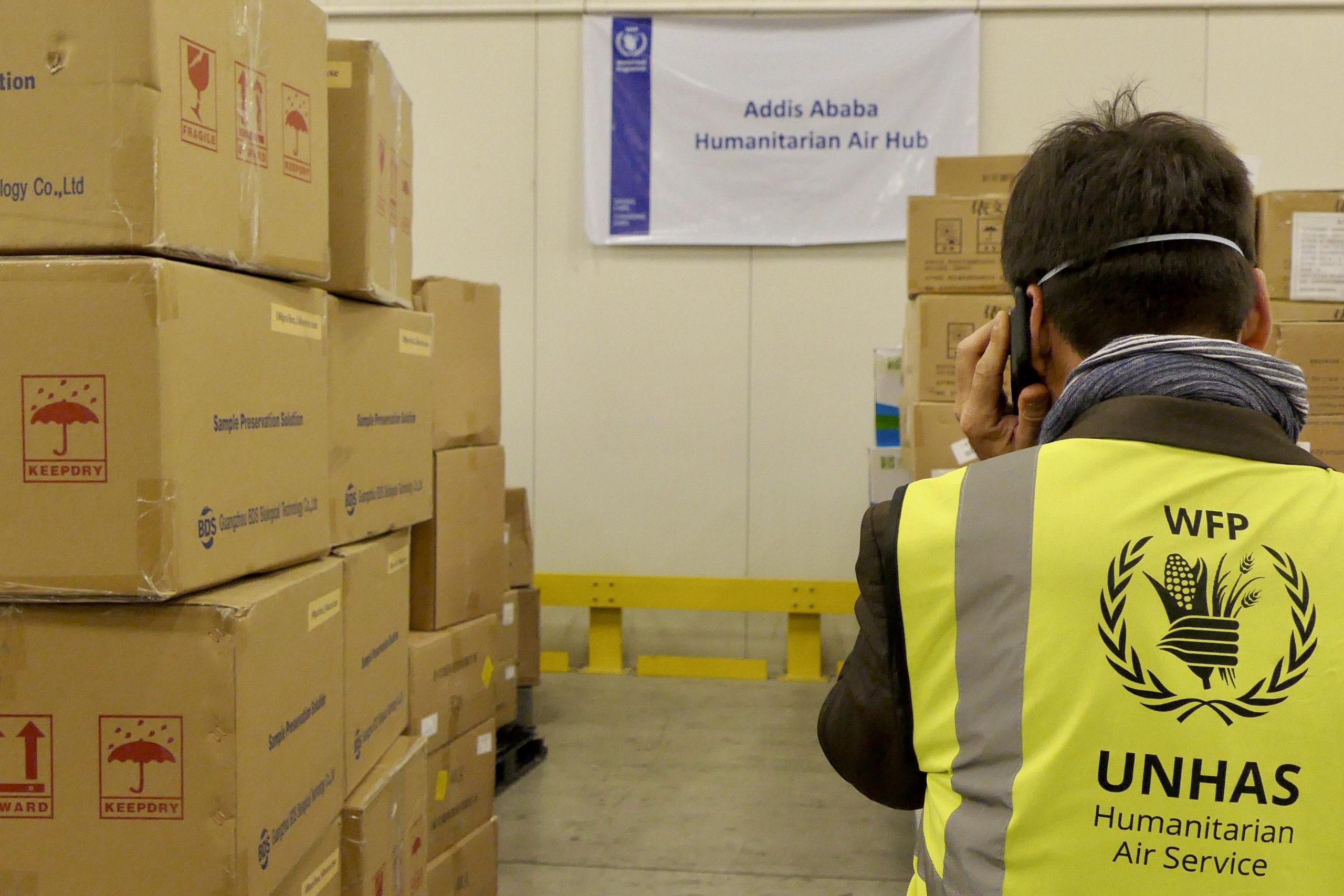 Déchargement de l'aide transportée par les vols de solidarité. Aéroport international de Addis-Abeba Bole (Éthiopie). Crédit: WFP / Edward Johnson.