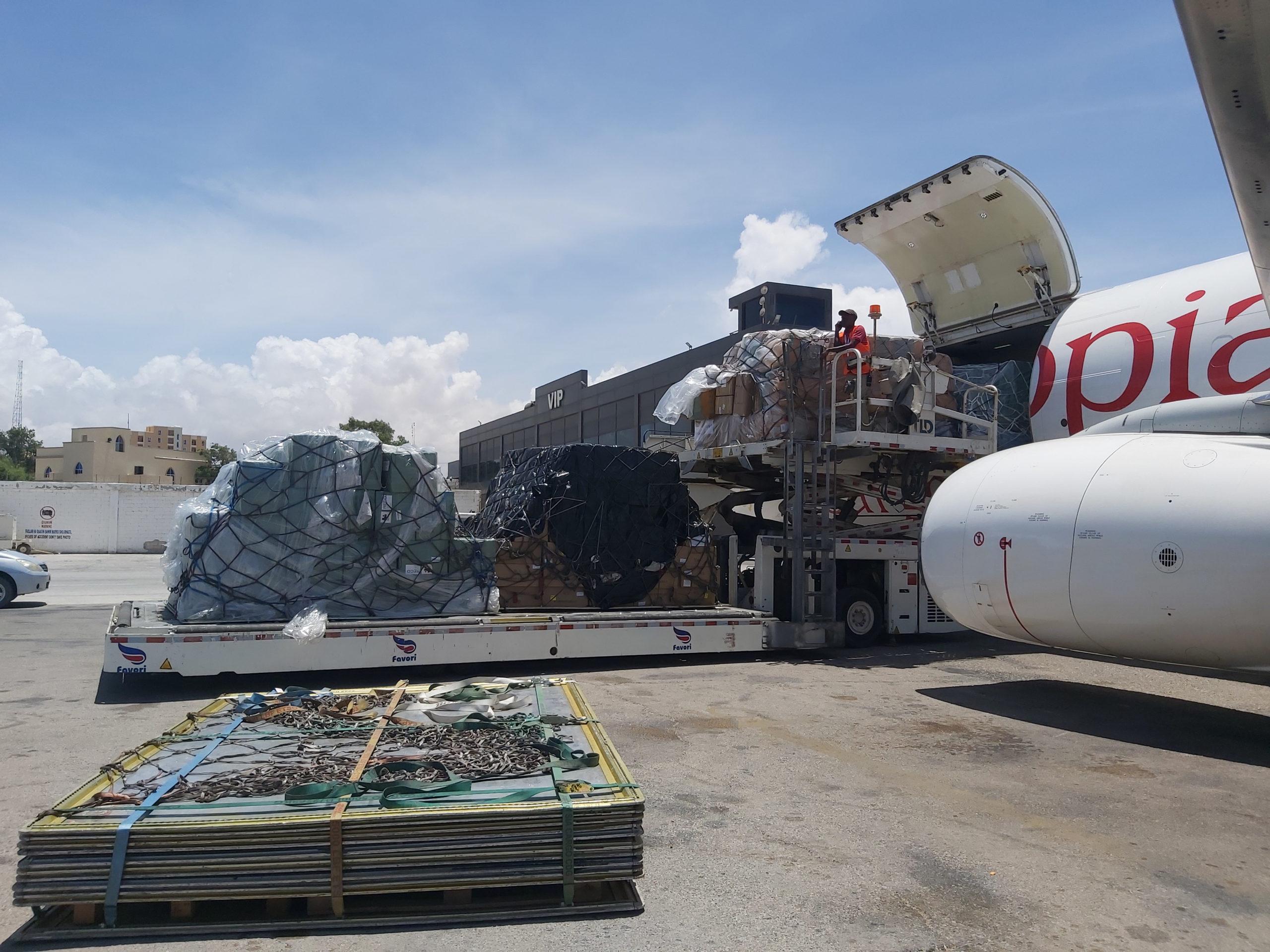 Déchargement de l'aide transportée par les vols de solidarité. Aéroport international de Aden Adde (Somalie). Crédit: WFP/ Erik Forsman