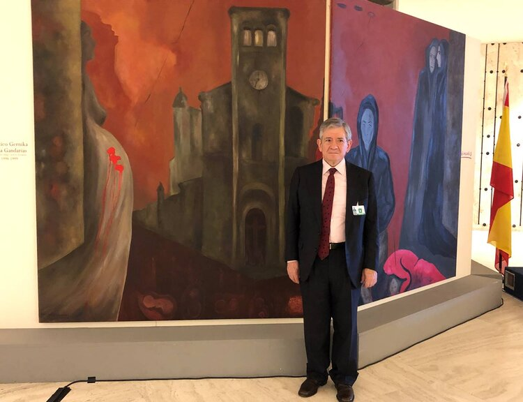 """Enrique Baron Crespo at the inauguration of the  exhibition of his late wife Sofia Gandarias' work on Gernika """"Gernika : Culture and art at the service of peace"""". © UPEACE."""