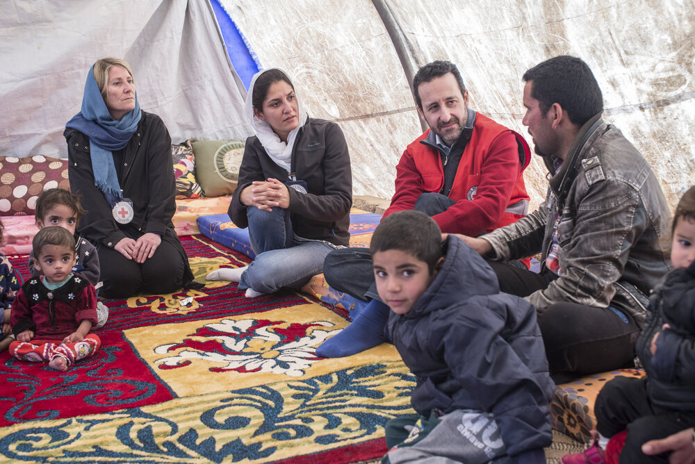 Robert Mardini delivers Red Cross messages to displaced families in Iraq in 2018. Copyright : CICR.