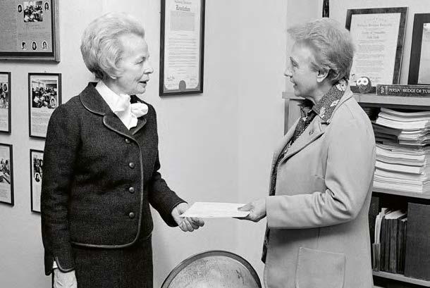 A gauche, Helvi Sipila, assistante au Secrétariat- Général pour le Développement des affaires sociales et humanitaires, de 1972 à 1980. © UN PHOTO - MICHOS TZOVARAS