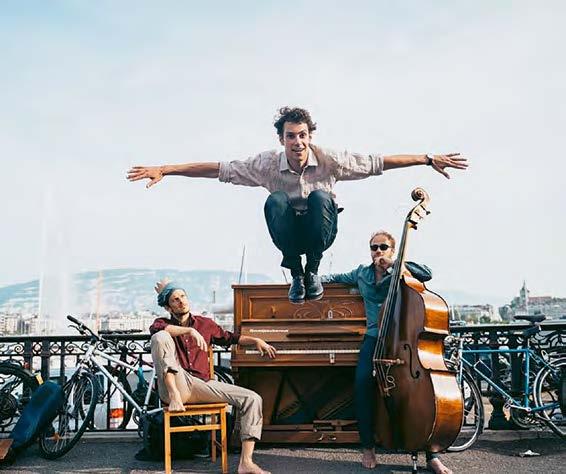 Le Daniel Leveillé Trio est un ensemble unique avec un danseur de claquettes/percussionniste à la place du batteur du jazz traditionnel. À cheval entre le concert et le spectacle, le groupe est au programme du festival JazzContreBand. © JazzContreBand
