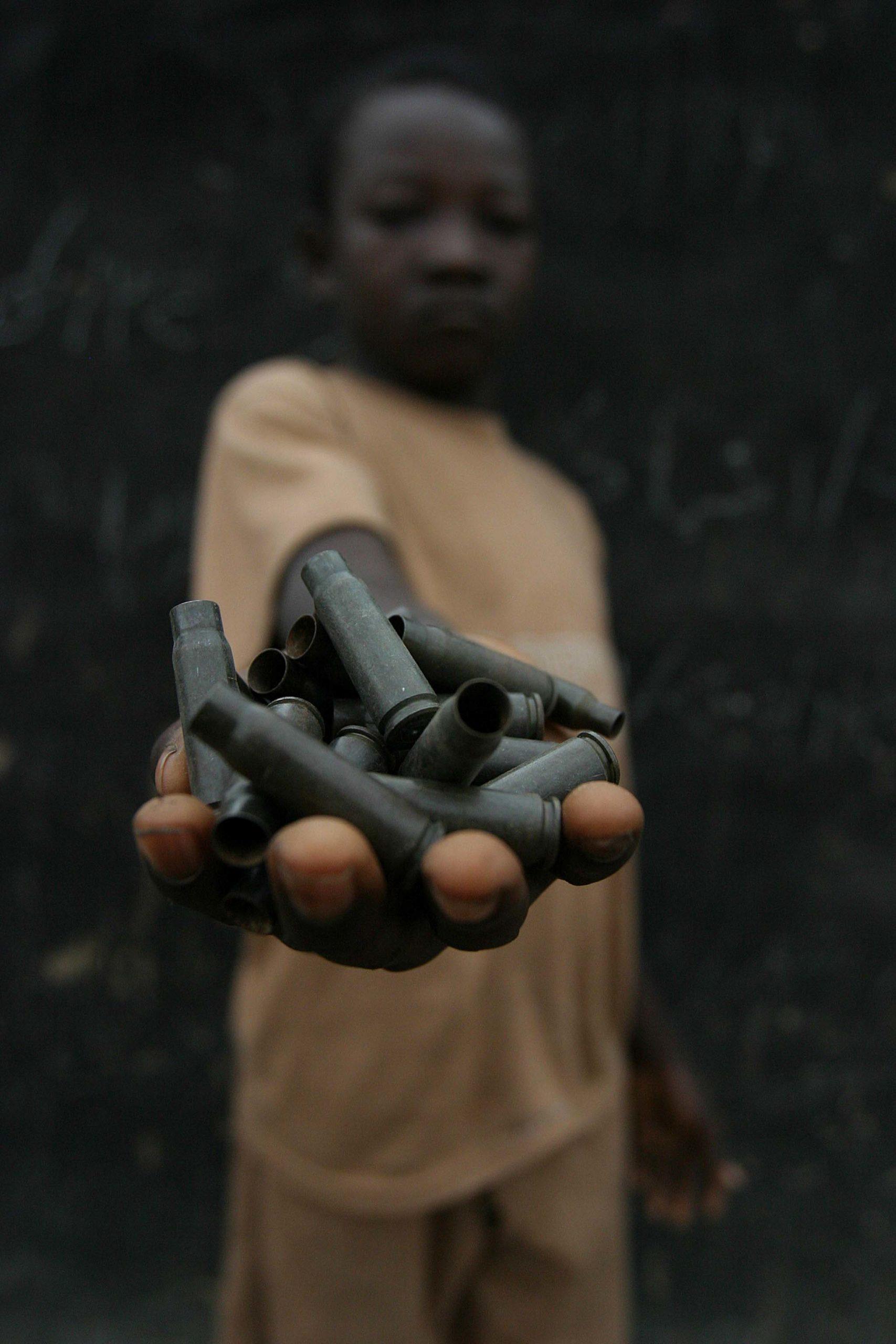 Un enfant dans un camp de rebelles dans le nord-est de la République Centrafricaine. © Pierre Holtz / UNICEF car